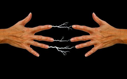 Explicação - Choque quando tocamos em outra pessoa